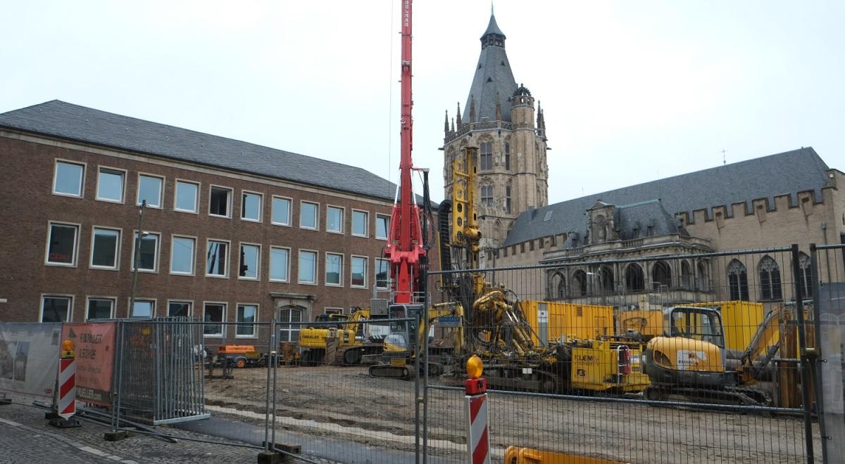 Blick auf die Baustelle und den Bohrkran. Im Hintergrund sind der Spanische Bau und die Rathauslaube zu sehen.