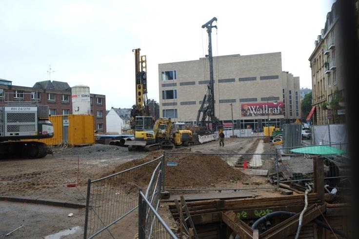 Blick auf das Wallraf-Richartz-Museum. Im Vordergrund ist die Baustelle vom MiQua zu sehen.
