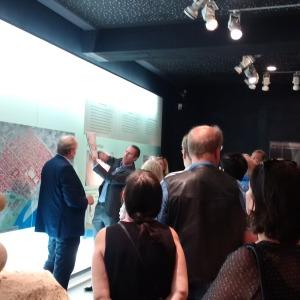 Dr. Thomas Otten führt eine Gruppe von Besucherinnen und Besuchern im Praetorium.