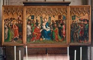 Ein dreiteiliger Altar mit christlichen Darstellungen.