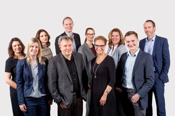 Gruppenbild von 10 Personen in zwei Reihen gruppiert.