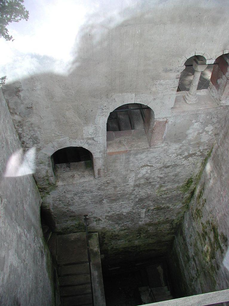 Blick von oben in die Mikwe auf den Treppenabgang und das Becken.
