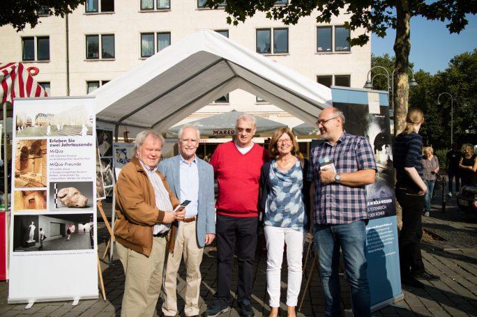 Vier Männer und eine Frauen stehen vor einem weißen Zelt und lächeln in die Kamera. © Michael Jakobs / LVR