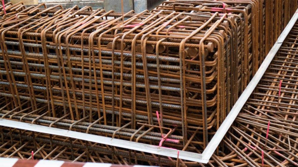Engmaschig geflochtene Stahlseile für das Fundament des Museums