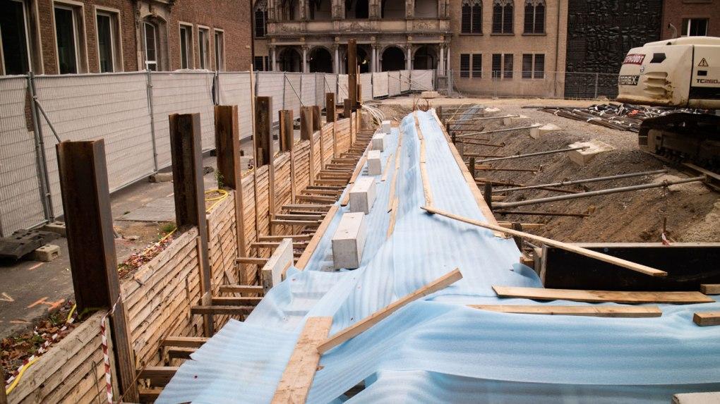 Blaue Plastikfolie bedecken das frisch betonierte Fundament des Museumsneubaus