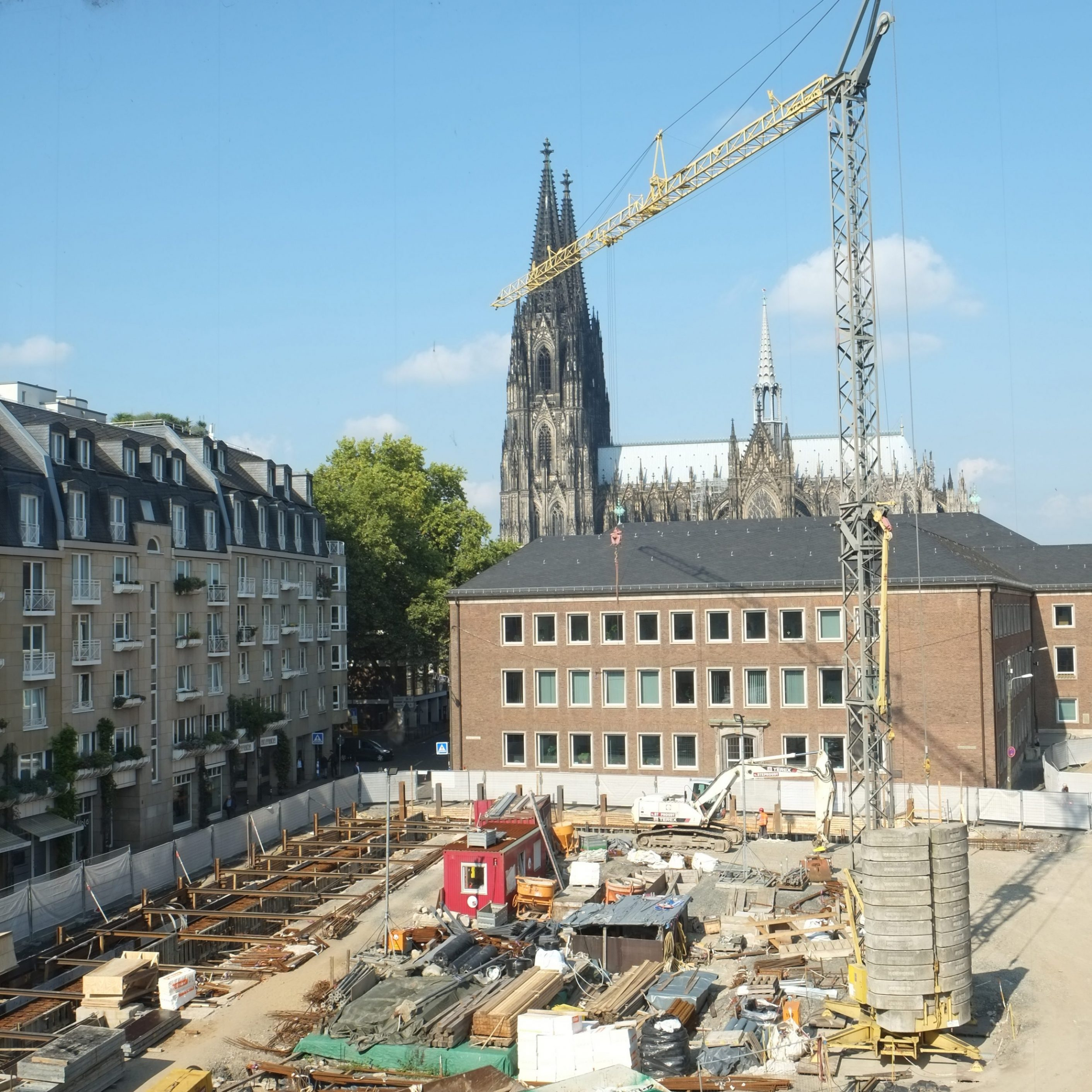 Baustelle mit Baukran. Im Hintergrund der Kölner Dom.