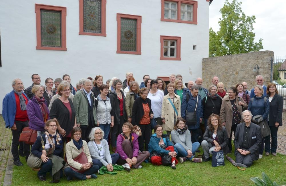 Gruppenfoto, bestehend aus knapp 50 Personen, vor der Synagoge.