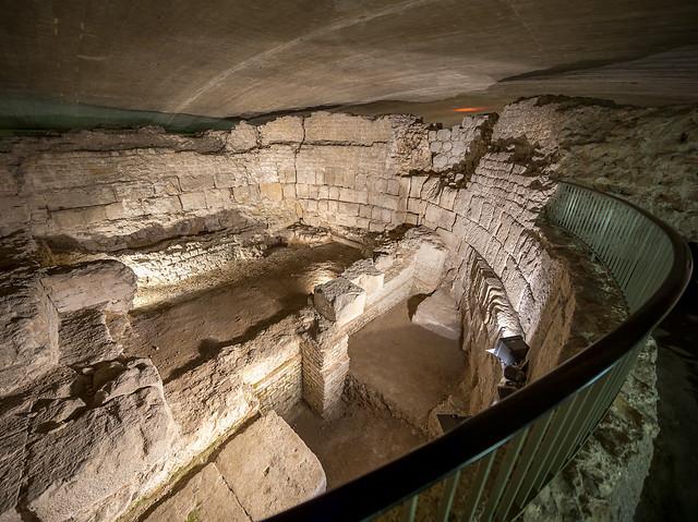 Blick auf die Fundamente des römischen Palastes.