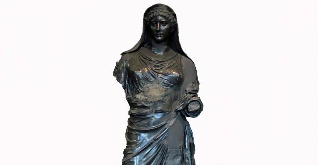Frontalansicht bis zur Hüfte von der schwarzen Statue