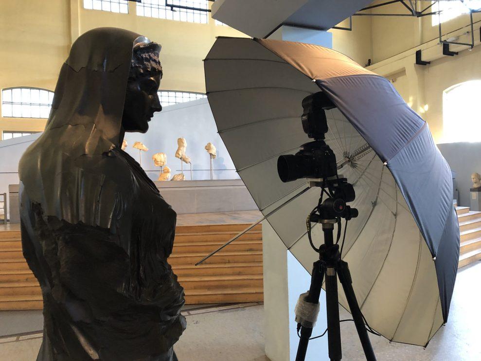 Nahaufnahme von der Statue vor dem Fotostativ