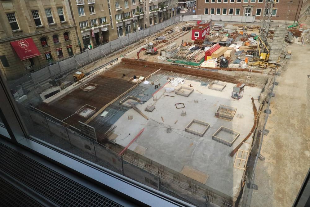 Baustelle des MiQua. Im Vordergrund die Stahlarbeiten für die Betondecke über der Archäologischen Zone
