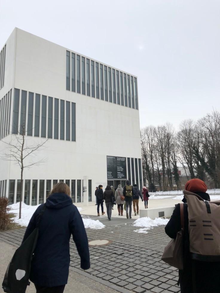 Teilnehmer*innen des Stadtrundgangs auf dem Weg zum NS-Dokumentationszentrum München.