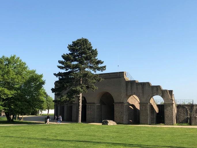 Im Zentrum des Bildes steht das rekonstruierte römische Amphitheater im Archäologischen Park Xanten.