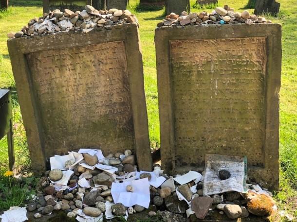 Links das Grab von Rabbi Meir von Rothenburg und rechts das von Alexander ben Salomo Wimpfen. Auf den Gräbern liegen nach jüdischer Tradition kleine Steine und Zettel, um die Unvergänglichkeit der Erinnerung an Verstorbene zu verdeutlichen.