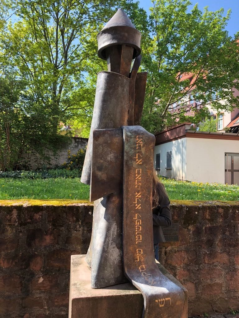 Statue vor der Wormser Synagoge mit einer hebräischen Inschrift zur Erinnerung an Raschi.