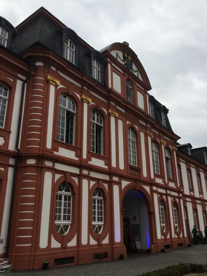 Fassadenansicht des früheren Benediktinerklosters. Heute dient die Abtei Brauweiler als Sitz verschiedener LVR-Kultureinrichtungen und als Veranstaltungsort.