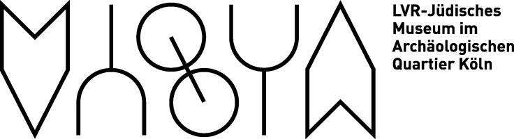 Das neue Logo des MiQua besteht aus einem Bild- und Wortteil. Der Schriftzug MiQua ist an einer gedachten, horizontalen Linie gespiegelt. Der Namenszusatz LVR-Jüdisches Museum im Archäologischen Quartier Köln verläuft rechts davon und nur bis zu der gedachten Kante.