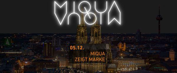 """Am Himmel über Köln leuchtet das neue Logo des MIQUA. Darunter sind der 05.12. als Datum und """"MIQUA zeigt Marke"""" als Veranstaltungstitel zu lesen."""