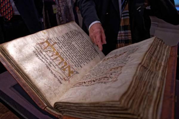 Der Amsterdam Machsor ist eine reich illuminierte Handschrift aus dem 13. Jahrhundert. Hier aufgeschlagen, sind die hebräische Schrift und Verzierungen zu sehen.
