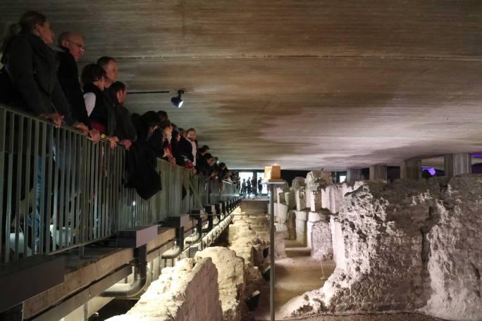 Viele Besucherinnen und Besucher schauen von einem Steg aus in den Befund des Praetoriums.