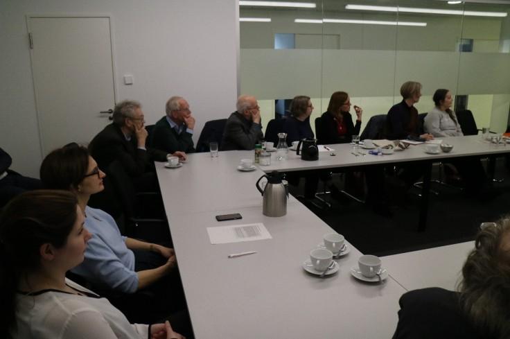Die teilnehmenden Gäste hören interessiert den Vortragenden zu.