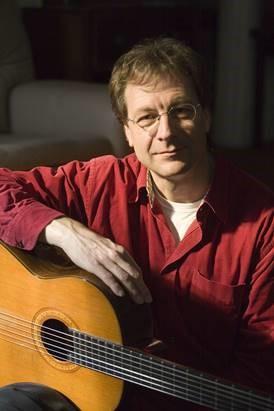 Portraitaufnahme von Lucian Plessner mit Gitarre