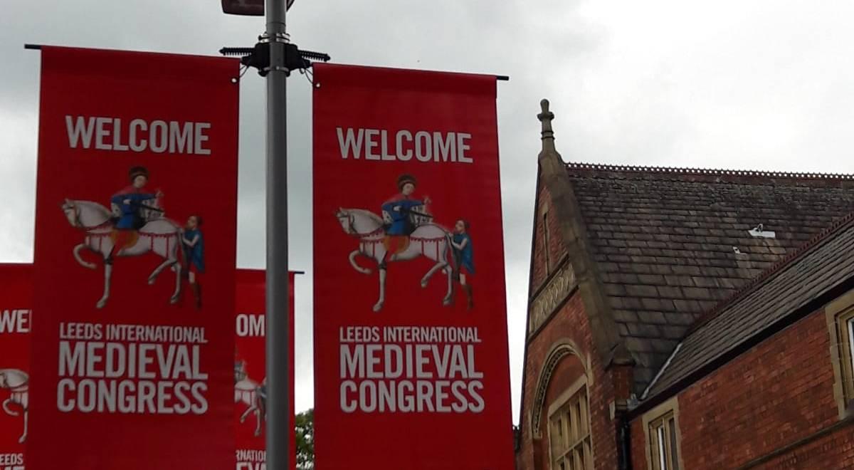Ankommen in Leeds: Die Fahnenbanner weisen im Stadtraum auf den Kongress hin. Das Logo ist ein mittelalterlicher Reiter auf seinem Pferd auf rotem Untergrund.