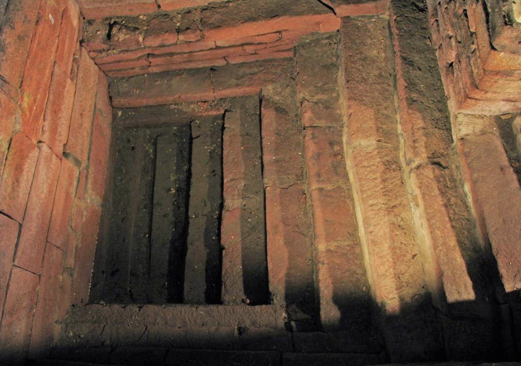 Die erhaltenen historischen Stufen führen zum Tauchbecken der Wormser Mikwe in die Tiefe. Im Bildzentrum liegt das Tauchbecken. Die Abbildung ist eine Nahaufnahme des tiefsten Treppenabschnitts.