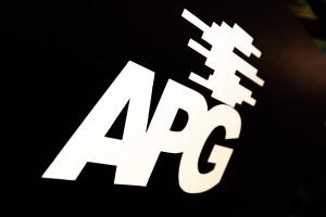 Das Logo des neuen Bildungspartners APG besteht aus den drei weißen Großbuchstaben APG und einer Miniatur des Reliefs von Norbert Kricke direkt darüber. Beides auf schwarzem Untergrund.