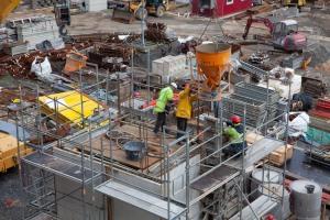 Reichlich Aktion auf der Baustelle während der Arbeiten mit Beton. Der Aufzugschacht nimmt Formen an.