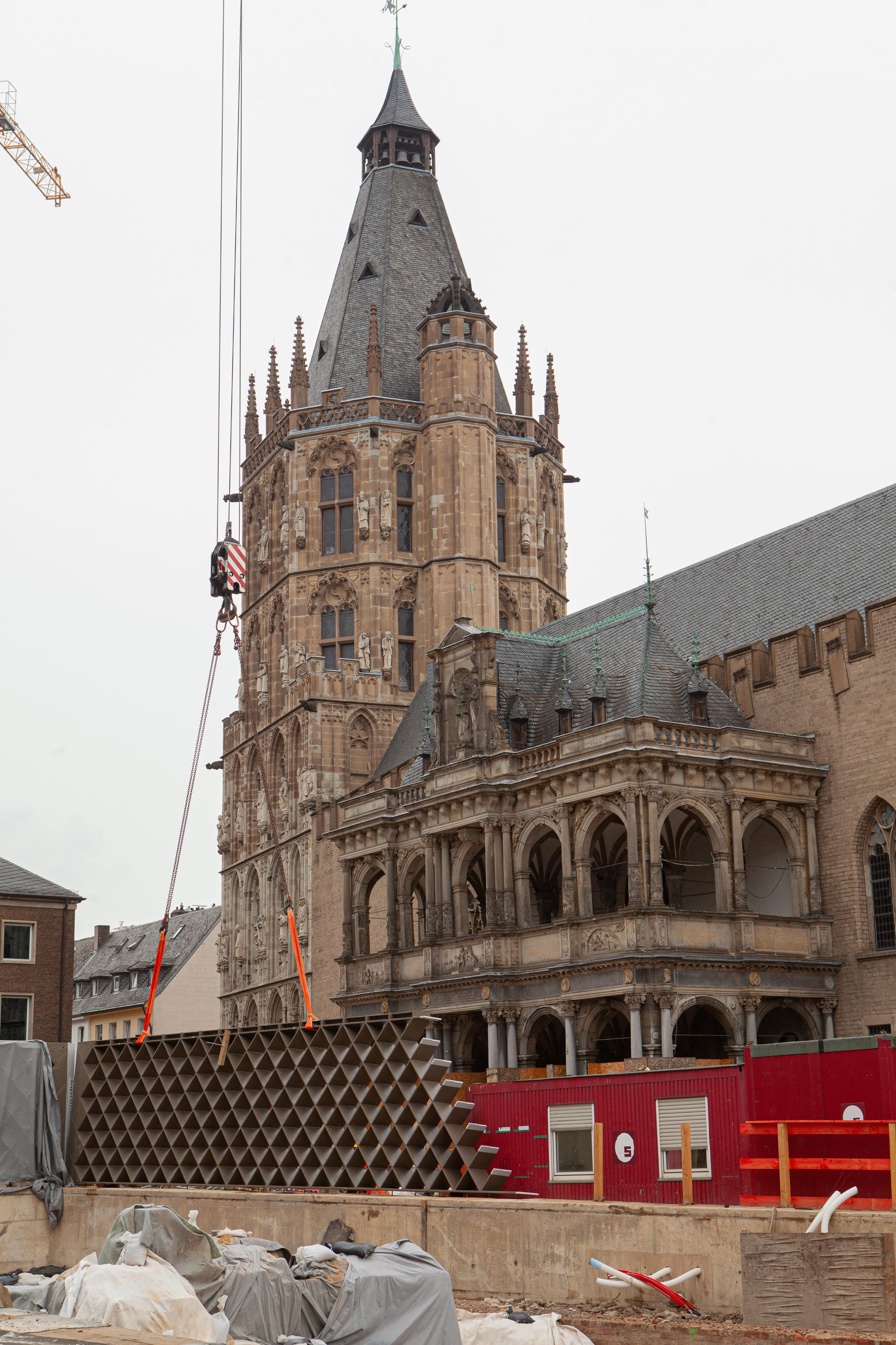 Ein stählernes Wandelement wird vor dem Kölner Rathaus aufgerichtet