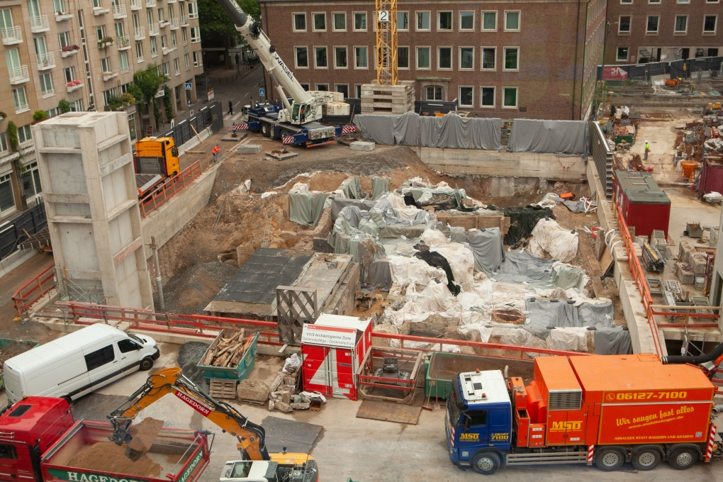 Blick auf die MiQua-Baustelle. Die archäologischen Funde des jüdischen Viertels sind wegen der Bauarbeiten größtenteils noch abgedeckt.
