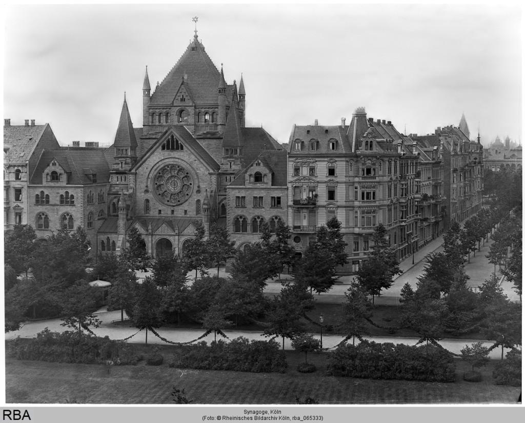 Im Zentrum des Bildes steht die Synagoge mit ihrer über die umliegenden Häuser hinausragenden Architektur. Die Straßenzüge zieren Baumreihen. Bis heute lässt sich das bekannte Synagogengebäude wiedererkennen, unter anderem aufgrund des großen runden Fensters in der Vorderseite des mittleren Gebäudeteils.