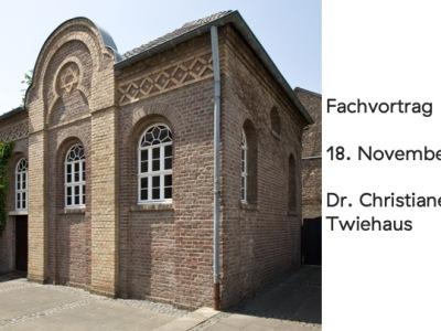 """Außenansicht der Synagoge in Stommeln, rechts davon dunkelgraue Schrift auf weißem Untergrund """"Fachvortrag am 18. November 2021 von Dr. Christiane Twiehaus"""""""