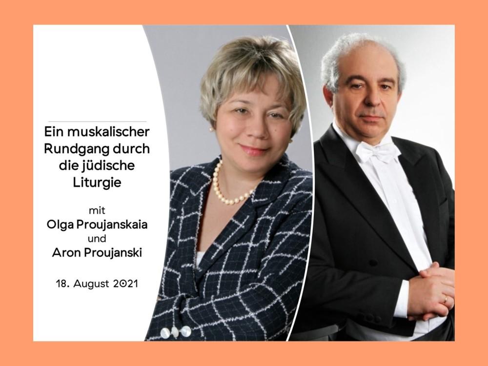 """Links im Bild schwarze Schrift auf weißem Untergrund: """"Ein musikalischer Rundgang durch die Jüdische Liturgie mit Aron Proujanski und Olga Proujanskaia. 18. August 2021."""" rechts daneben Porträtfoto, das eine Frau mit kurzen blonden Haaren zeigt. Sie lächelt in die Kamera und hat die Arme locker vor ihrer Brust verschränkt. Sie trägt eine Perlenkette um den Hals und einen schwarzen Blazer mit weißem Karomuster darauf. Wieder rechts daneben ein Porträtbild, das einen Mann mit weißen, kurzen und krausen Haaren in schwarzem Frack zeigt. Er trägt außerdem ein weißes Hemd und eine weiße Fliege und lächelt vorsichtig in die Kamera. Die Hände sind vor seinem Bauch ineinander gelegt."""