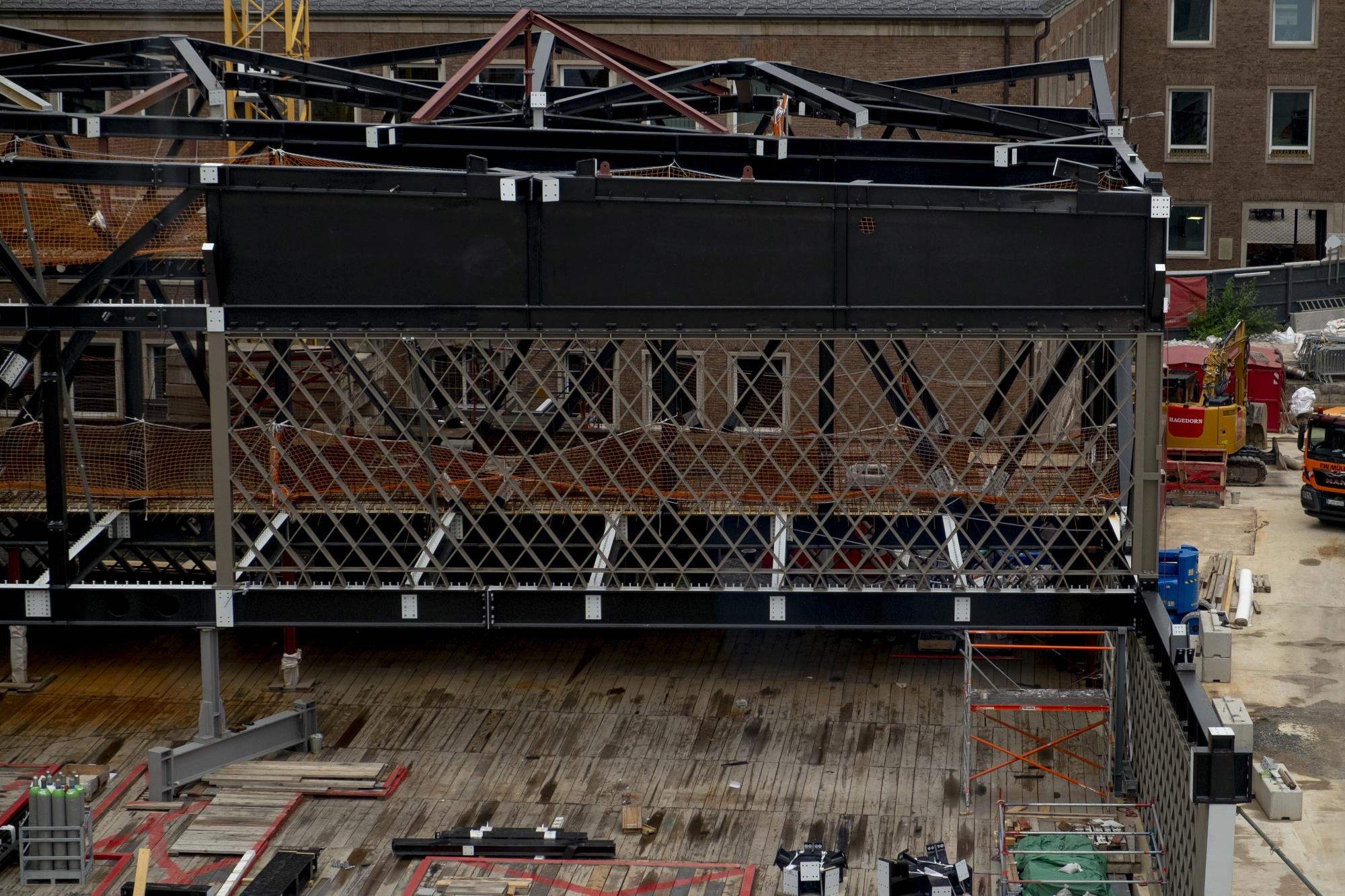 Detailaufnahme der MiQua-Baustelle: Das spätere Obergeschoss ist schon erkennbar. Im Hintergrund der sogenannte Spanische Bau.